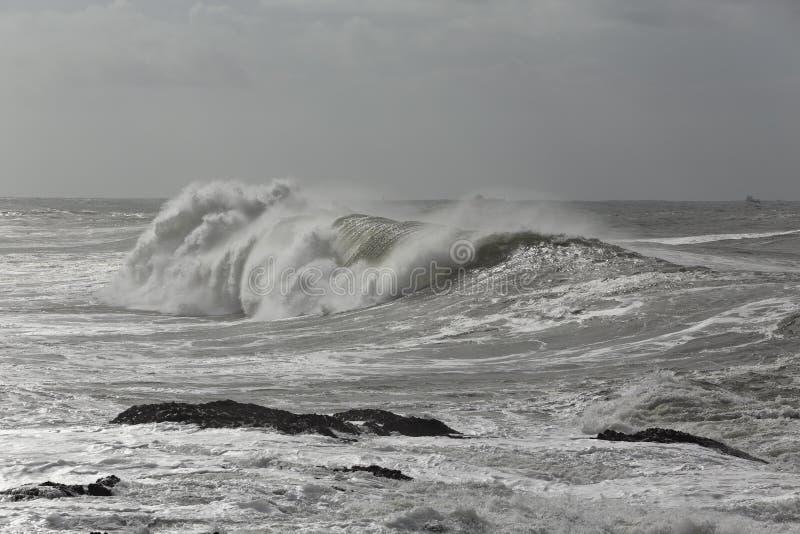 大碰撞的波浪 免版税库存图片