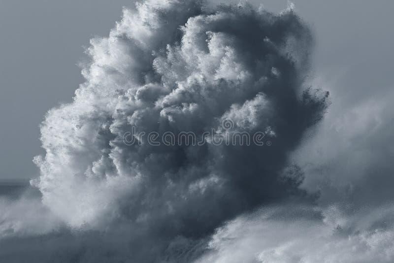 大碰撞的波浪 图库摄影