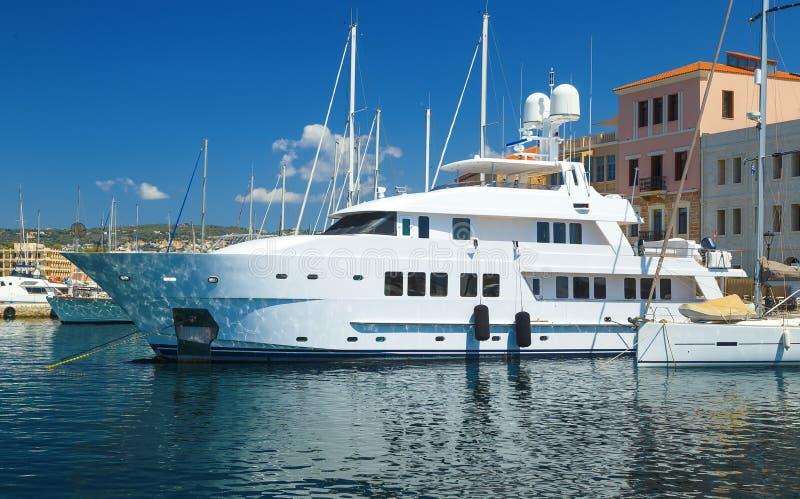 大私有豪华游艇在堤防停泊了干尼亚州老镇  免版税库存照片