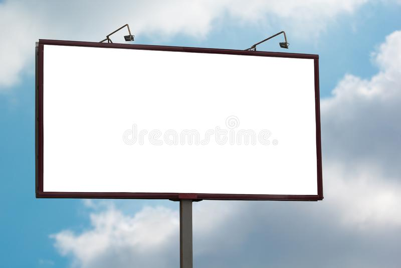 大空白广告牌嘲笑在天空蔚蓝背景 库存图片