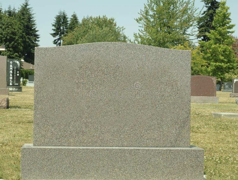 大空白的墓碑在一座公墓在一个晴天 库存照片