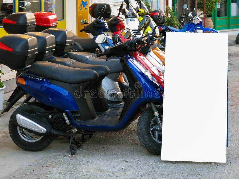 大空白的广告横幅标志都市公开白色裁减路线广告模板嘲笑  免版税库存照片
