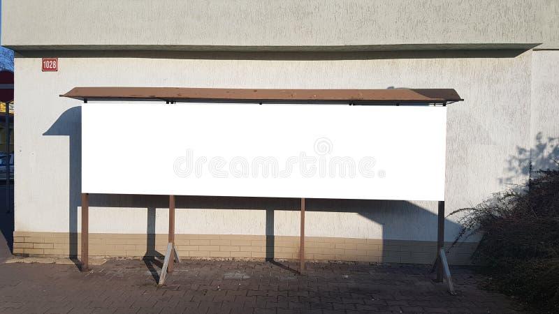 大空白的广告横幅标志都市公开白色裁减路线广告模板嘲笑  库存照片