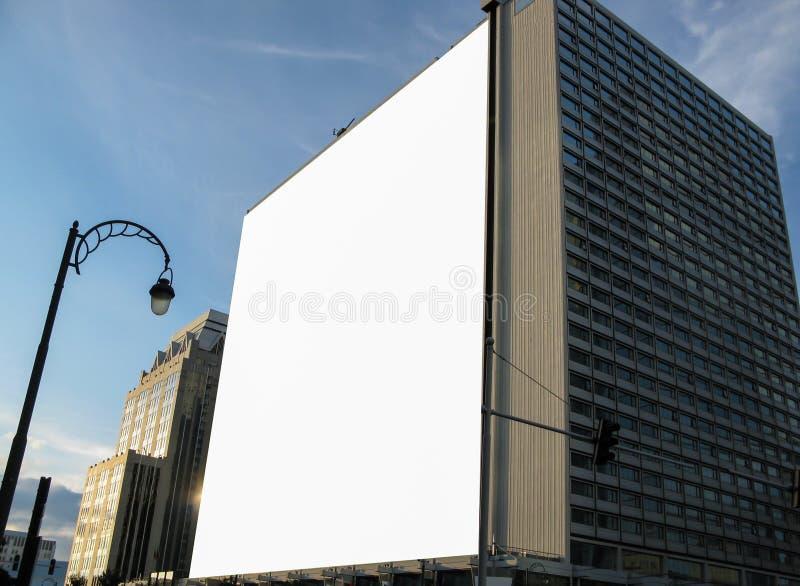 大空白的广告横幅标志都市公开白色裁减路线广告模板嘲笑  库存图片