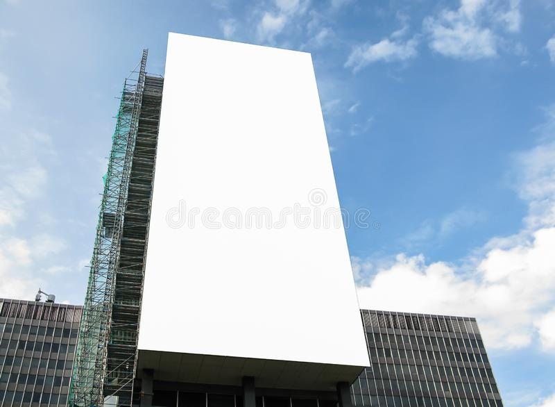大空白的广告横幅标志都市公开白色裁减路线广告模板嘲笑  免版税库存图片
