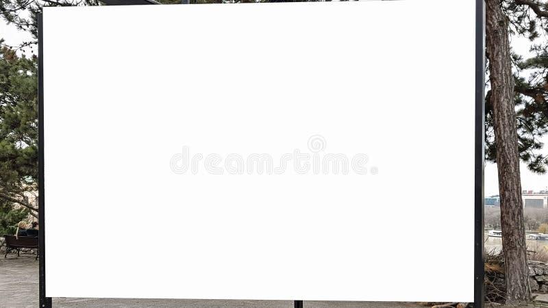 大空白的广告横幅标志都市公开白色裁减路线广告模板嘲笑  免版税图库摄影