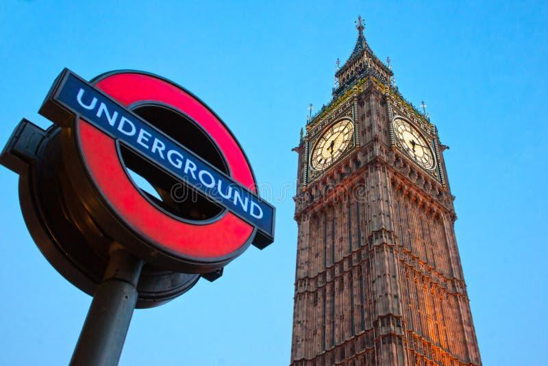 大笨钟和伦敦'地下'徽标。 库存照片