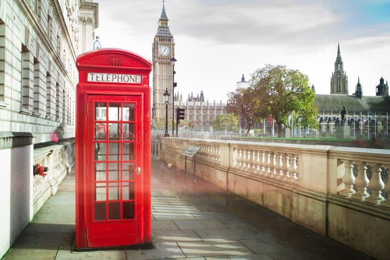 大笨钟和红色电话cabine 免版税库存照片
