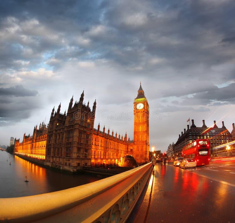 大笨钟在夜间,威斯敏斯特,伦敦 库存图片