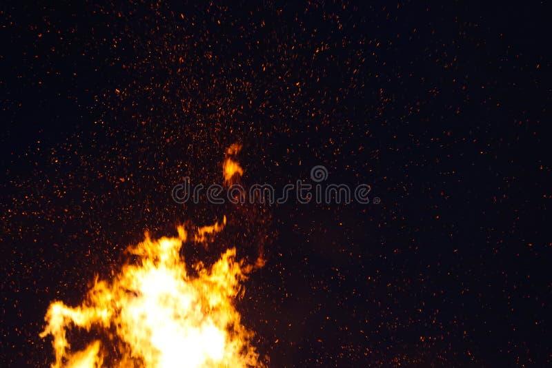 大篝火,烧和发光与软的火焰,闪耀飞行的agains黑暗的天空 沃普尔吉斯之夜 免版税图库摄影