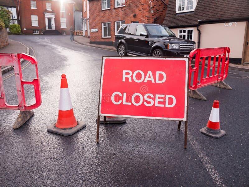 大红色路关闭了标志篱芭,并且锥体阻拦了道路变动二 库存照片