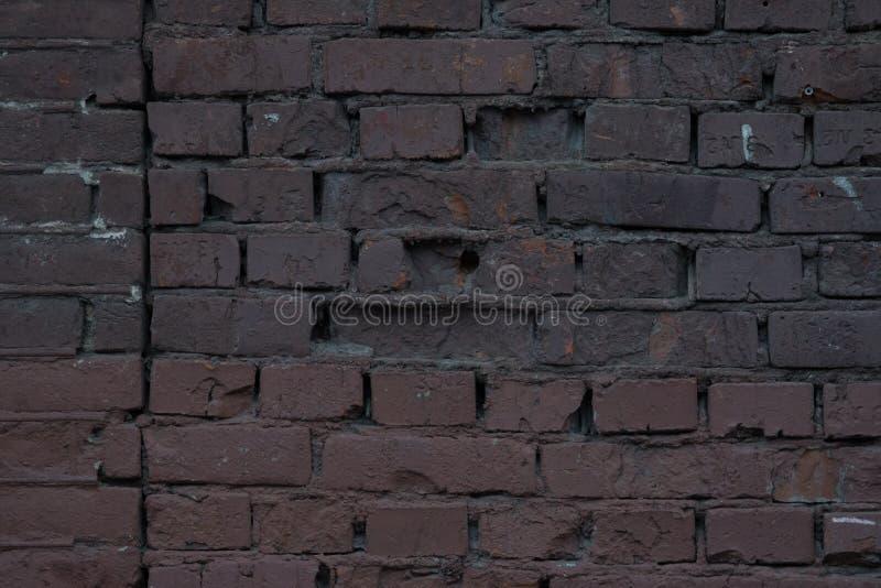 大红褐色的老破旧的砖墙正方形背景纹理 脏的织地不很细黏土砖 免版税库存图片
