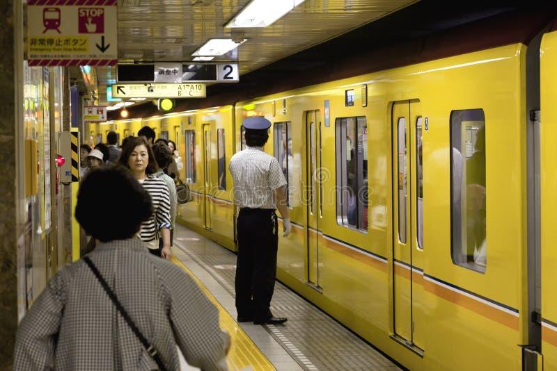 大约2016年5月的东京:旅行乘东京地铁的乘客 通勤的商人工作在公共交通工具旁边在高峰时间 S 免版税图库摄影