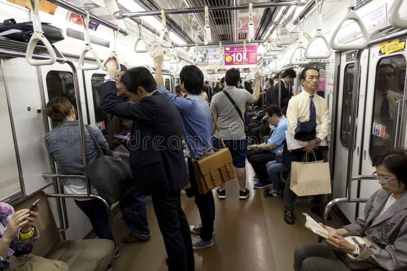 大约2016年5月的东京:旅行乘东京地铁的乘客 通勤的商人工作在公共交通工具旁边在高峰时间 S 免版税库存照片