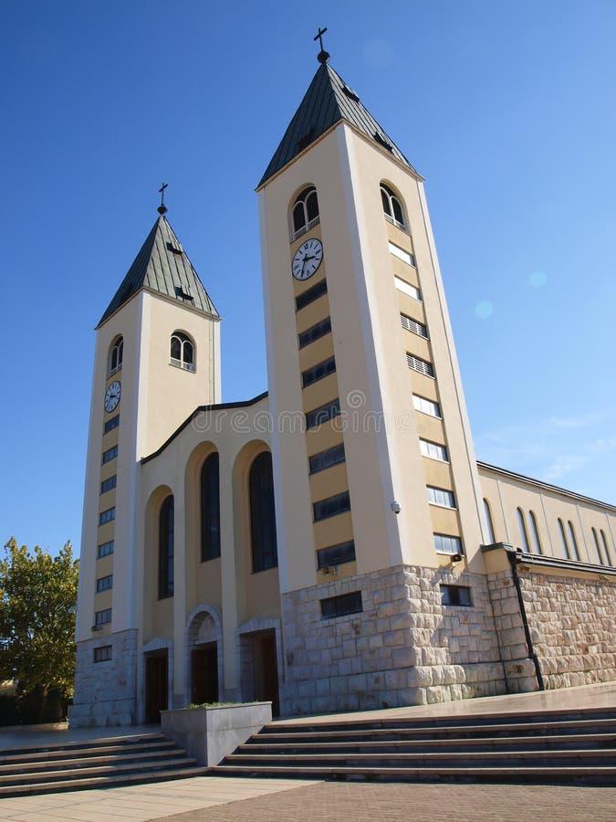 大约Medjugorje,波黑的一个平安的风景,有圣詹姆斯教会的塔的 图库摄影