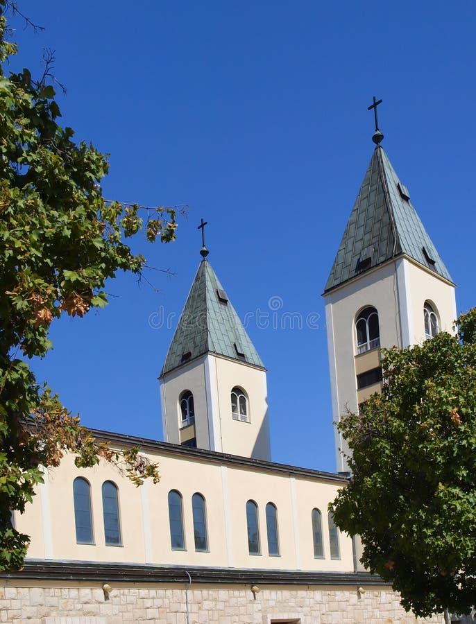 大约Medjugorje,波黑的一个平安的风景,有圣詹姆斯教会的塔的 免版税库存照片