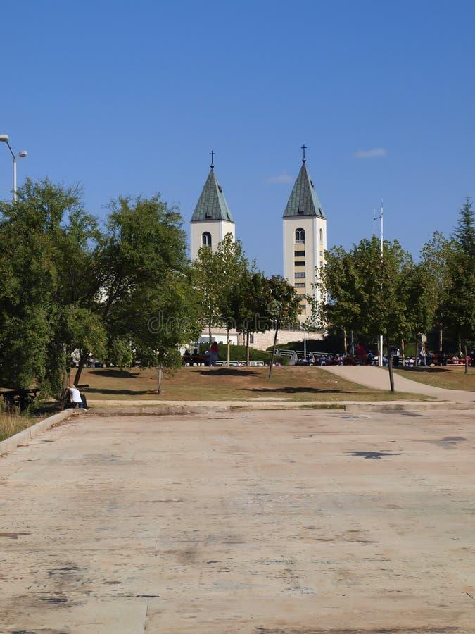 大约Medjugorje,波黑的一个平安的风景,有圣詹姆斯教会的塔的 库存照片