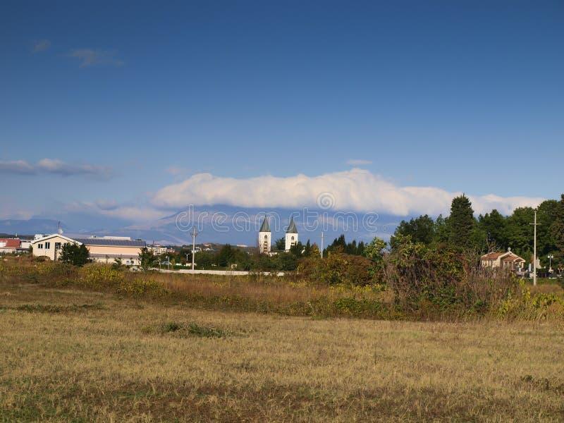 大约Medjugorje,波黑的一个平安的风景,有圣詹姆斯教会的塔的 库存图片