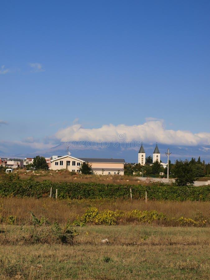 大约Medjugorje,波黑的一个平安的风景,有圣詹姆斯教会的塔的 免版税库存图片