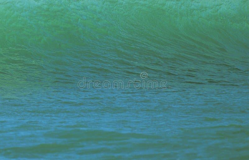 大绿色波浪崩溃 免版税库存图片