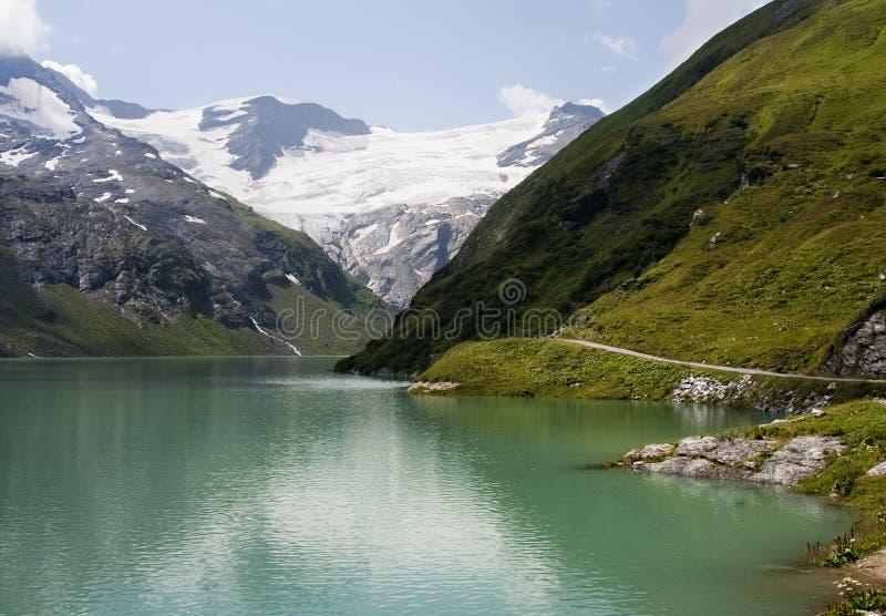 大绿色湖山 图库摄影
