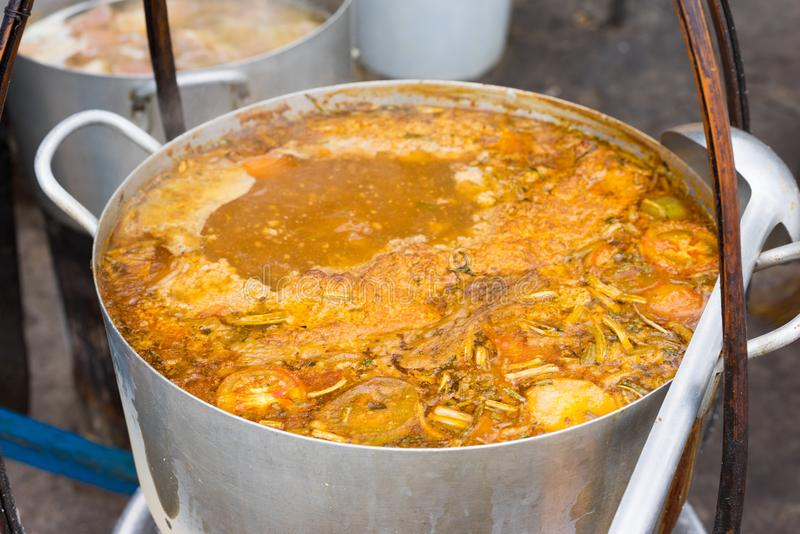 大罐小圆面包列乌-越南肉米细面条汤,供食用蕃茄汤并且冠上与螃蟹或虾浆糊 图库摄影
