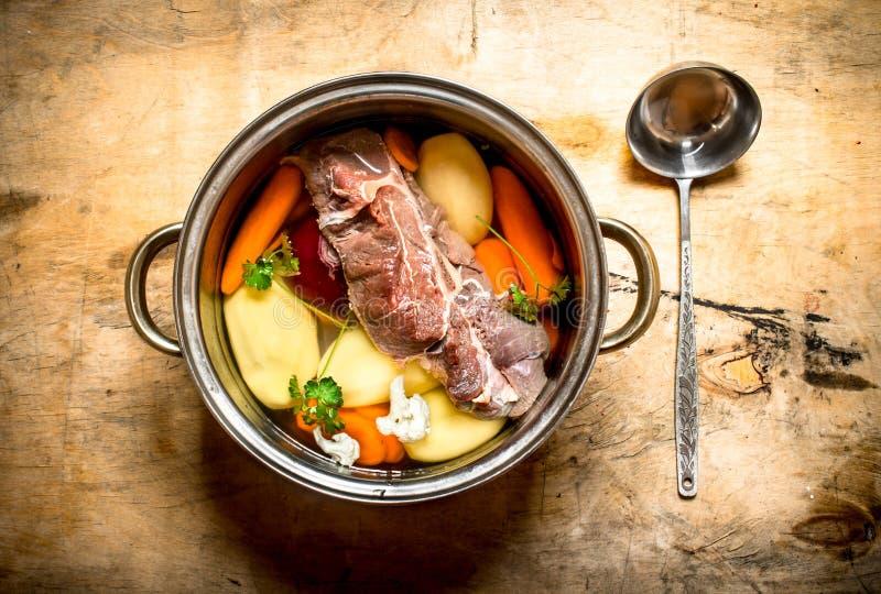 大罐汤用牛肉和新鲜蔬菜 库存图片