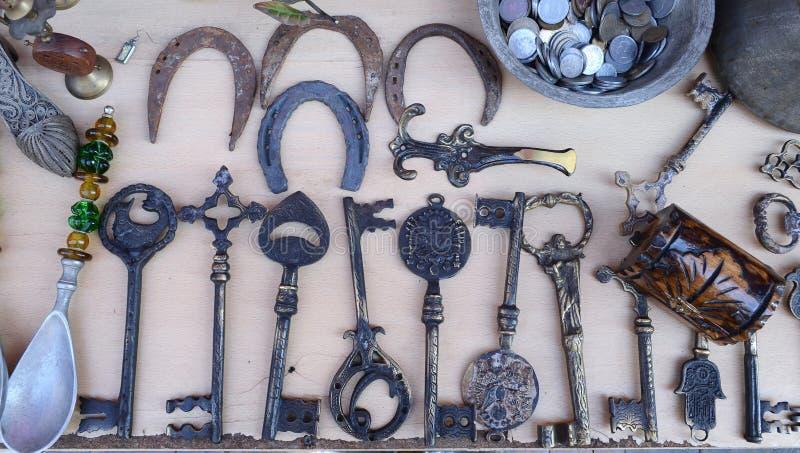 大老钥匙和马掌在一家古董店的柜台 免版税图库摄影