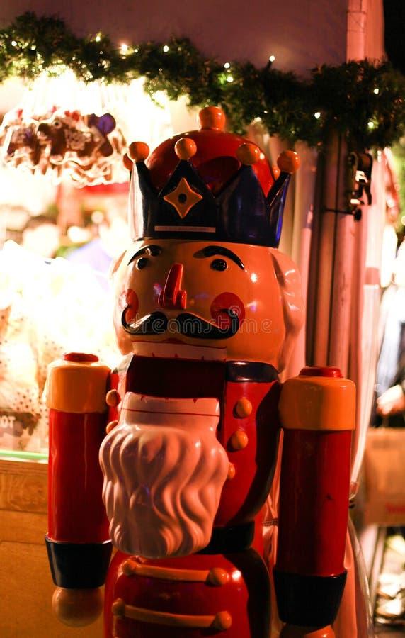 大胡桃钳在欧洲圣诞节市场上 库存照片