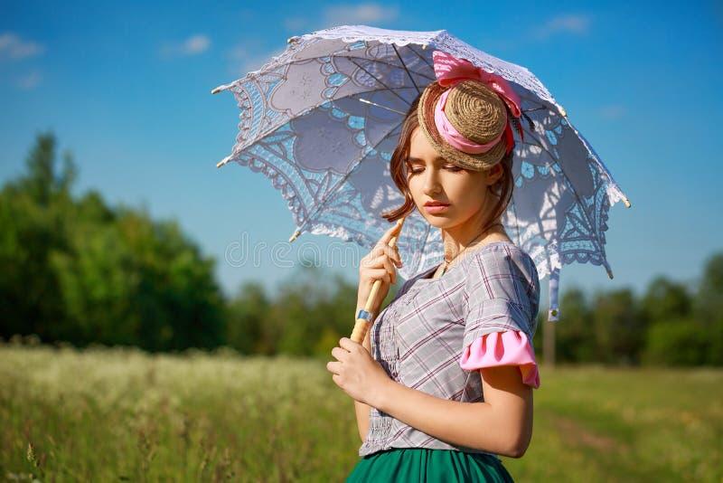 大自然中美丽的夏日女人,带着美丽的雨伞 免版税库存图片