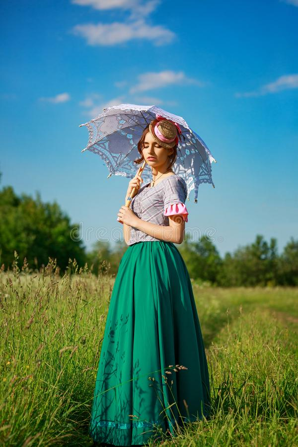 大自然中美丽的夏日女人,带着美丽的雨伞 免版税库存照片