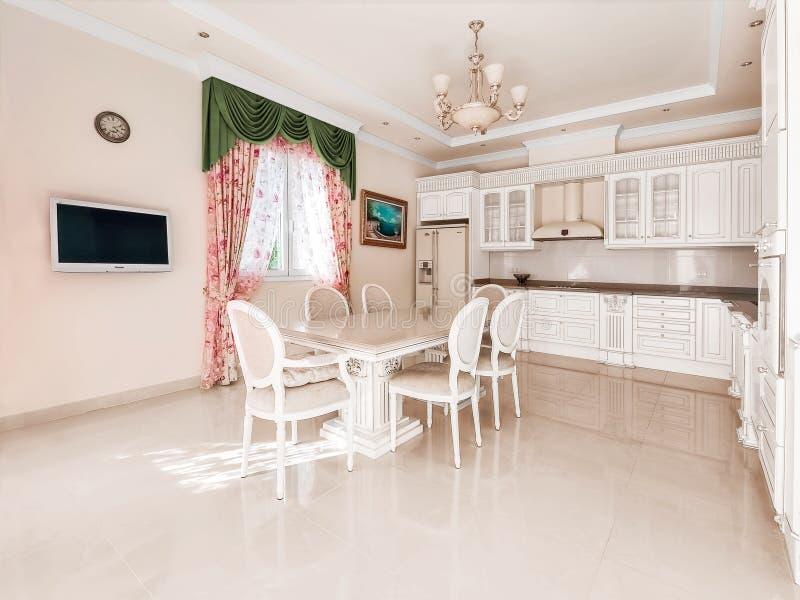 大舒适的厨房 在厨房中间massiv 免版税库存照片