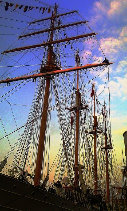 大船和水手在帆柱的上面在风帆阿姆斯特丹2015年节日期间 免版税库存照片