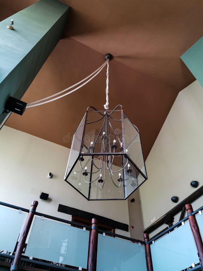 大艺术性的灯紧固与绳索对高顶 库存照片