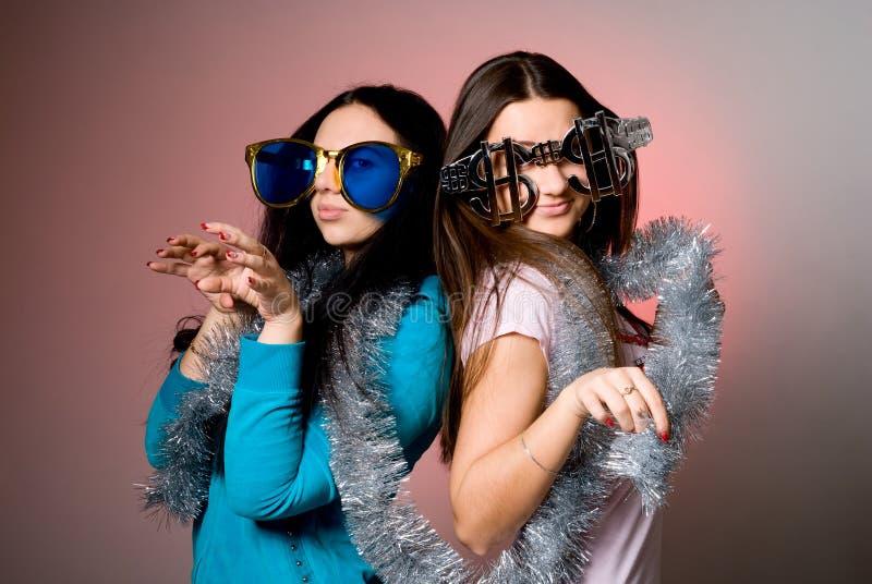 大花梢玻璃的二个女孩 库存图片