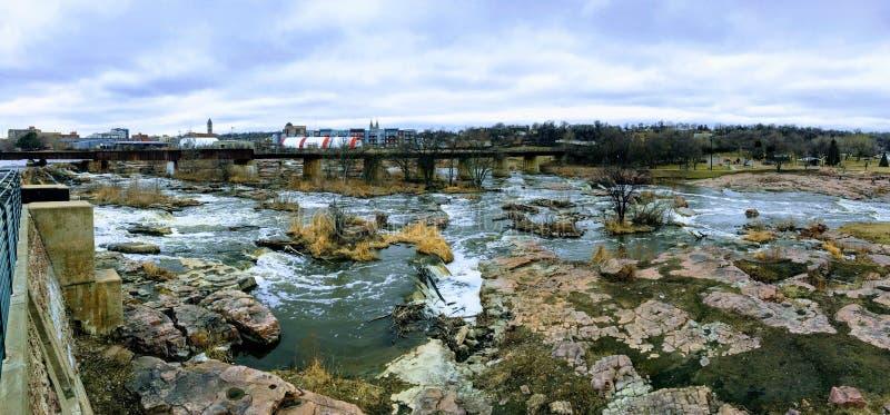 大苏族河漫过岩石在苏族瀑布南达科他有观点的野生生物,废墟,公园道路,火车轨道桥梁, tr 免版税库存图片