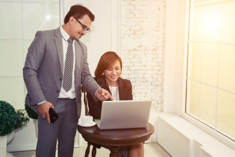 大英俊的上司谈话与关于她的工作的雇员 库存图片