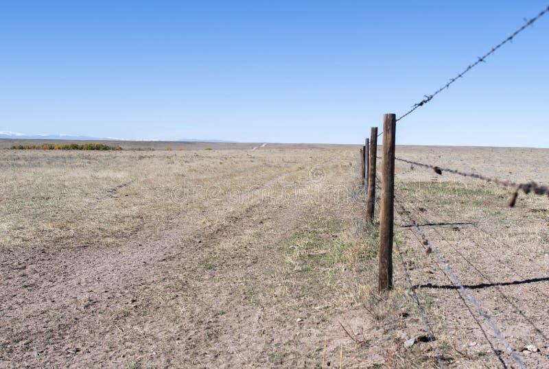 大草原在有禁界线和铁丝网的东科罗拉多 库存照片