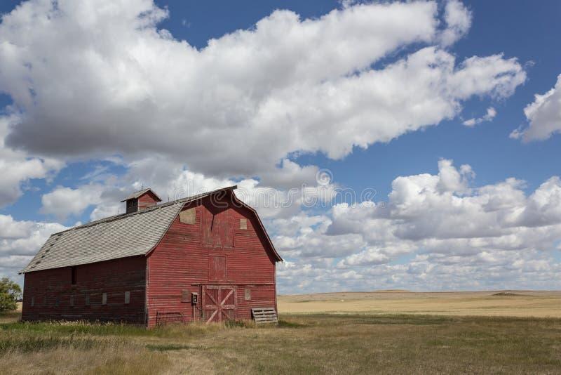 大草原的葡萄酒红色谷仓 库存照片