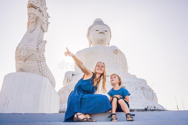大菩萨雕象的母亲和儿子游人 在普吉岛泰国一个高小山顶被修造了能从远方被看见 库存图片