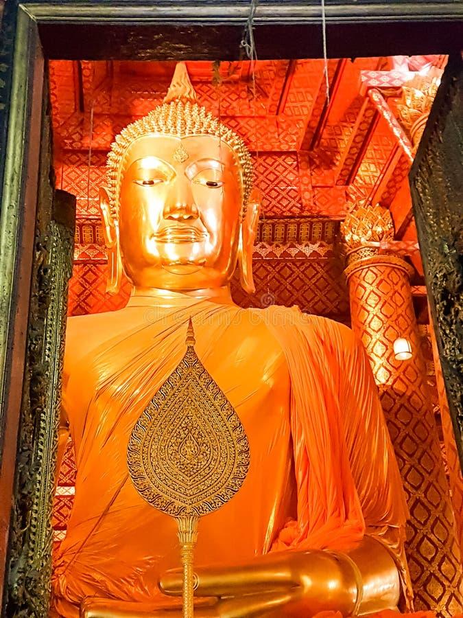 大菩萨 巨大的金黄菩萨在泰国 美丽的大金黄菩萨雕象 库存图片