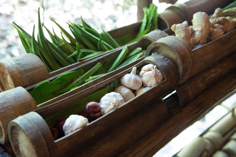 大蒜、秋葵或者夫人手指在竹碗有自然本底 库存照片