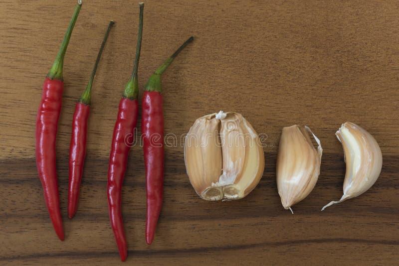 大蒜和甜椒在斩肉板 库存照片
