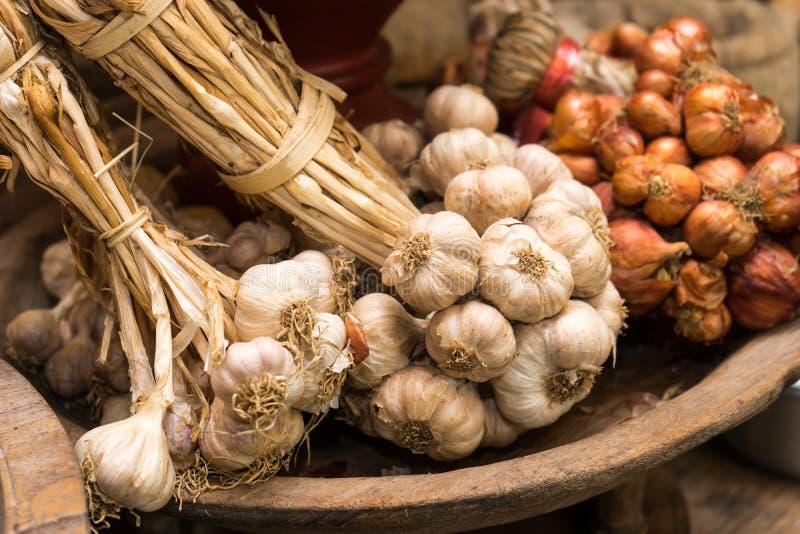 大蒜在葡萄酒厨房里 免版税图库摄影