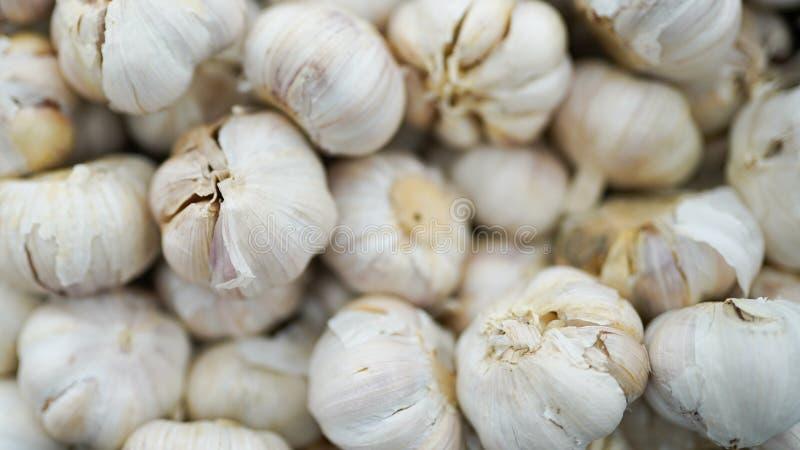 大蒜堆纹理 在市场桌特写镜头照片的新鲜的大蒜 r 库存照片