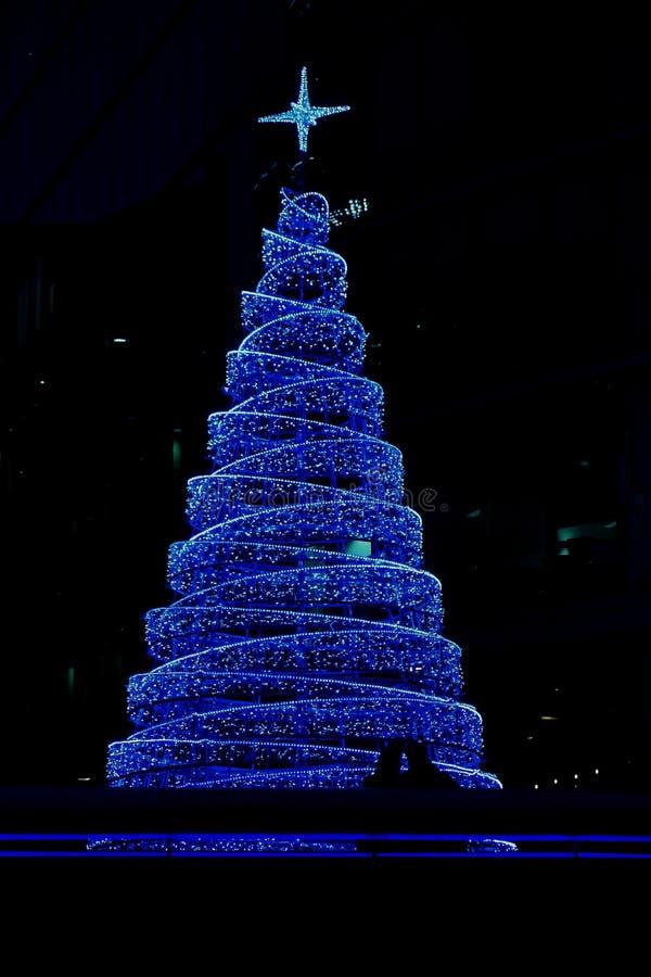 大蓝色圣诞树照片在购物中心的在塔桥梁附近的伦敦在christmastime 库存图片