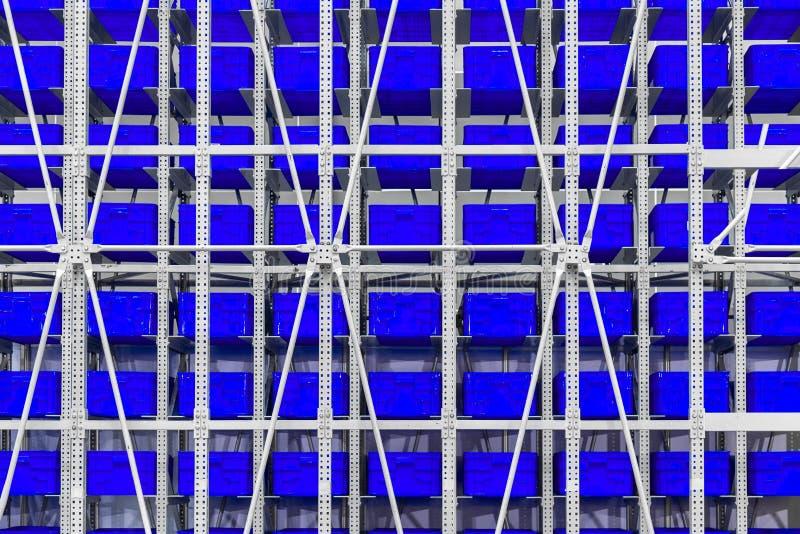 大蓝色塑胶容器长城堆在distri的条板箱 免版税库存图片