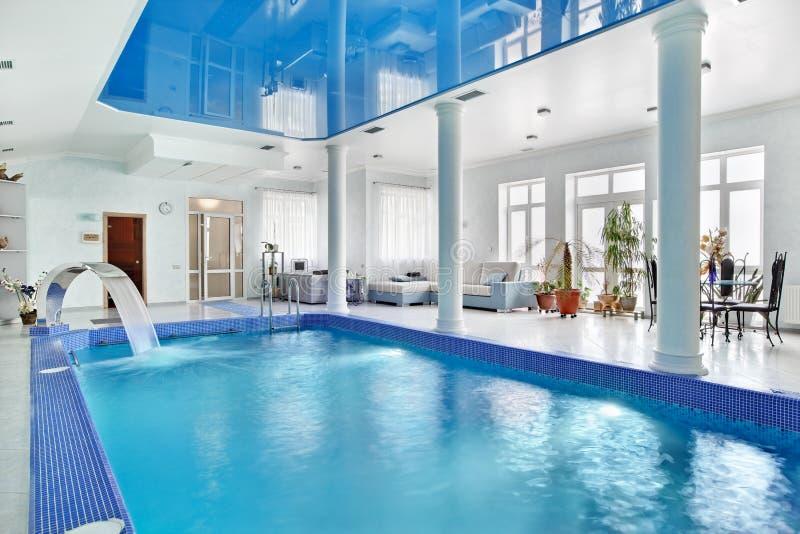 大蓝色室内内部池游泳 免版税库存照片