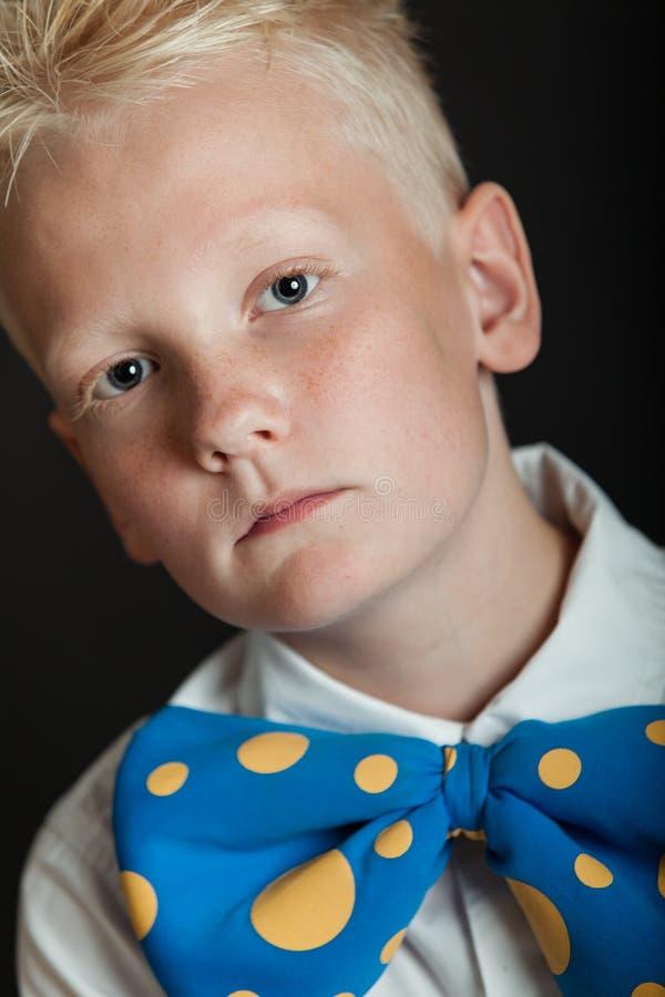 大蓝色bowtie的严肃的小男孩 库存照片