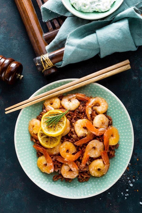 大虾在格栅烤了并且煮沸了在板材的糙米 烤虾,大虾用米 海鲜 亚洲烹调 顶视图 免版税图库摄影